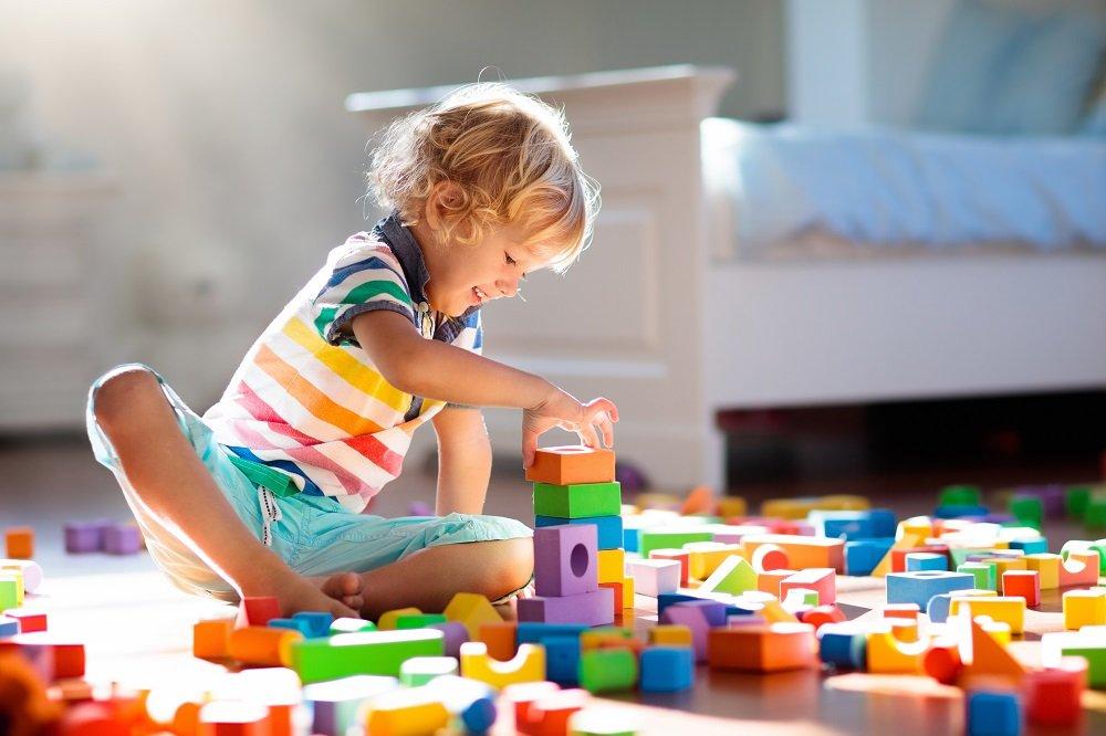 Kind beim Konstruktionsspiel