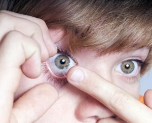 kind setzt sich selbst kontaktlinsen ein