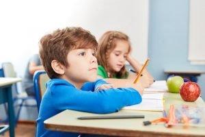 ein kind sitzt in der schule