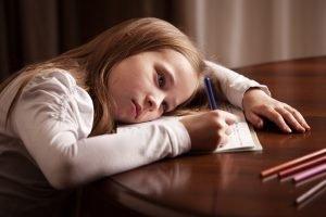 Mädchen antriebslos bei den Hausaufgaben