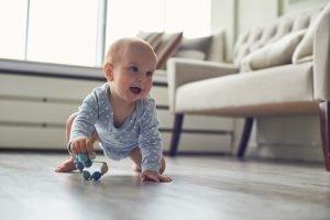ein baby krabbelt