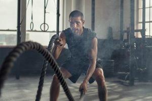 mann trainiert mit ropes