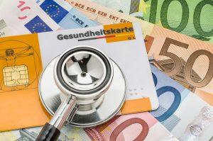 Gesundheitskarte und Geldscheine