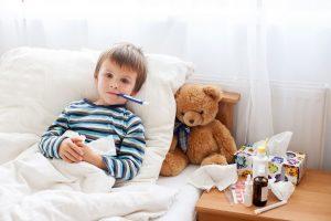 krankes Kind liegt im Bett