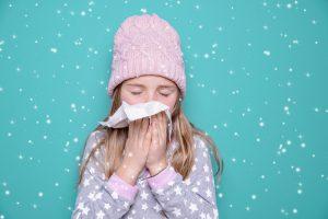 krankes Kind putzt sich die Nase