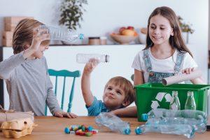 Kinder spielen mit Plastikflaschen