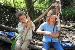 Kinder basteln mit Holz in der Natur