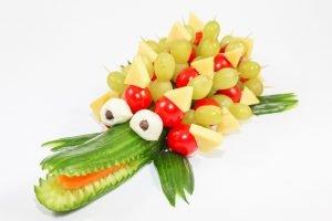 ein krokodil bestehend aus obst und gemuese