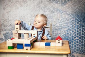 ein kleiner junge spielt mit einer kugelbahn