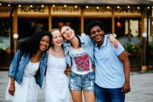 gruppe von teenagern verschiedener nationalitaeten