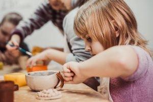 Kind macht eine Tasse