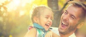 Vater lacht gemeinsam mit seiner Tochter