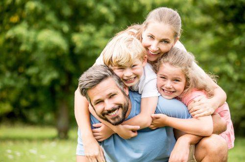 Lachende Familie in der Natur