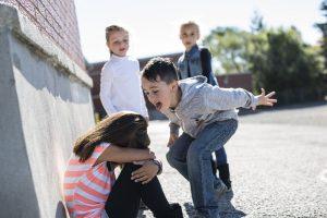 Kinder mobben Mädchen auf dem Schulhof