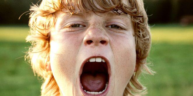 Junge schreit und ist ganz nah an der Kamera