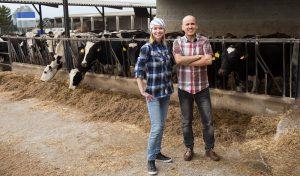 zwei Landwirte in ihrem Kuhstall