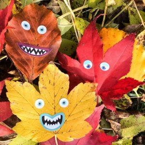 Laubgesichter auf Blättern