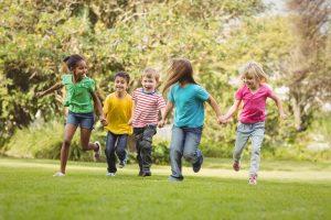 Kinder rennen über eine Wiese
