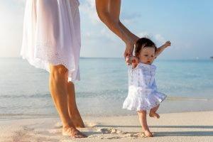 Mutter bringt ihrem Kind das Laufen bei