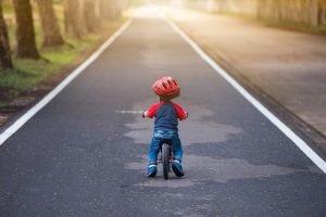 Kleinkind auf einem Laufrad