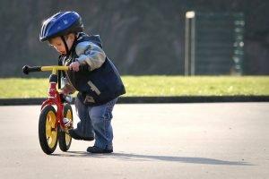 Kinder parkt ein Laufrad