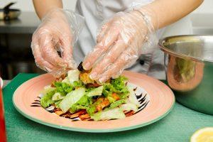 Koch bereitet Salat zu
