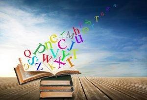 Buchstaben fliegen aus einem geöffneten Buch