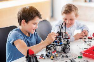 zwei Kinder bauen mit Legoteilen