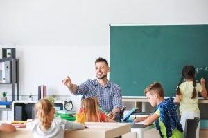 ein lehrer unterrichtet kinder in der schule