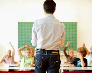 ein lehrer macht frontalunterricht in der schule