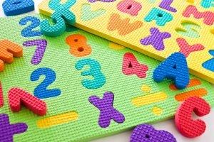 Buchstaben und Zahlen als Puzzle