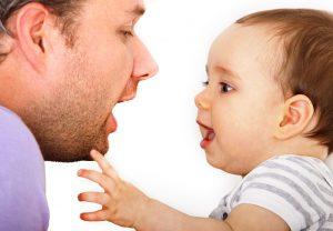 Vater und Kind üben spielerisch