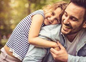 Vater und Tochter lachen zusammen