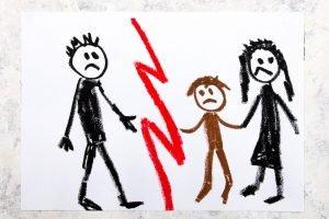 Kind steht zwischen Vater und Mutter
