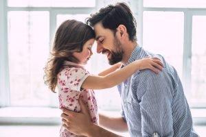 Vater mit seiner Tochter im Arm