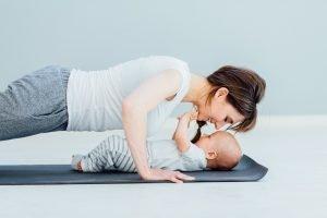 mutter macht sport mit ihrem baby