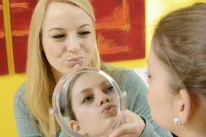 Sprachtherapie vor dem Spiegel