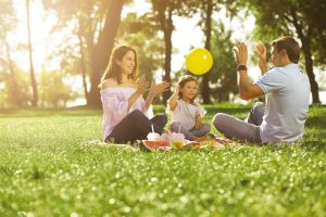 eine familie spielt im park mit luftballons