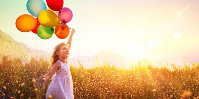 kinder spielt mit luftballons