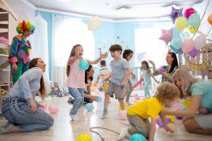 kinder spielen auf einer geburtstagsfeier luftballonspiele