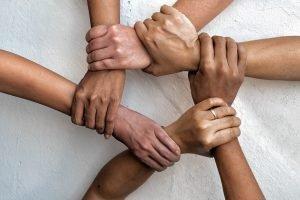 mehrere Hände greifen ineinander