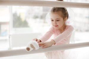 ein kleines maedchen beim ballett fuer kinder