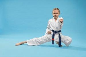 maedchen beim karatetraining