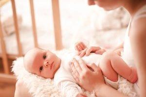 baby wird von seiner mutter gestreichelt