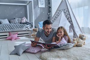 Vater und Tochter lesen gemeinsam in einem Buch
