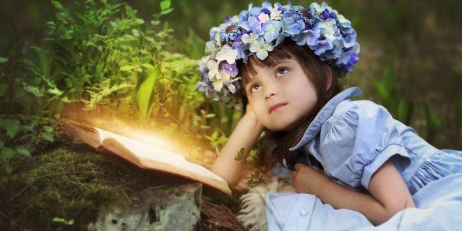 mädchen schaut sich verträumt im zauberwald um