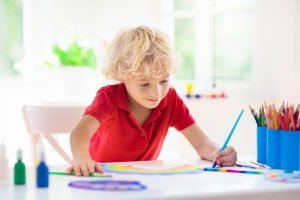 ein Junge malt ein Bild