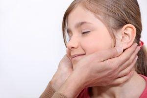 Hände lockern Muskeln im Kiefer