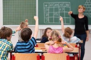 Kinder machen Mathespiele in der Grundschule