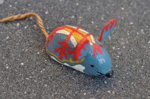 Maus aus einem bemalten Kieselstein